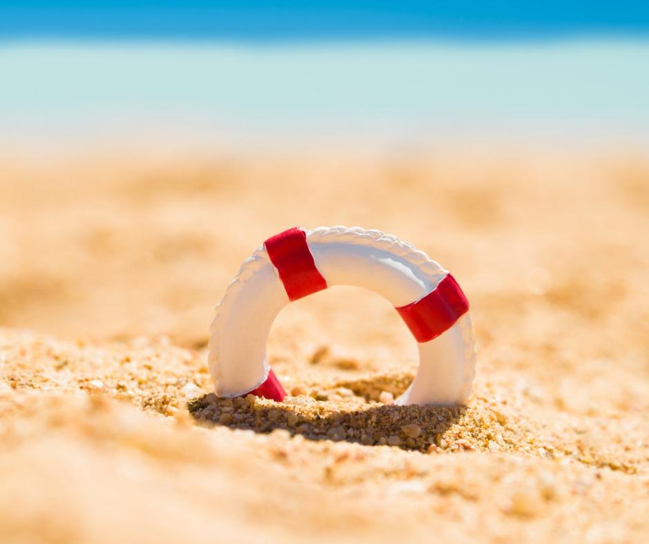 Summer-miniature-lifebuoy-in-sand